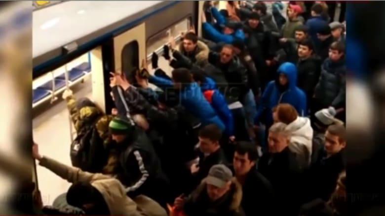 مقطع غير اعتيادي.. عشرات الركاب يحركون قطارا بأيديهم لإنقاذ عجوز عالقة