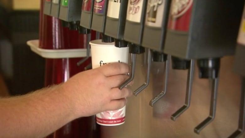 نصائح بالفيديو.. كيف يمكنك تجنب مخاطر المشروبات الغازية؟