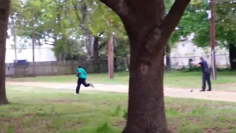 """اتهام """"شرطي أبيض"""" بالقتل بعد رمي """"رجل أسود"""" بالرصاص بسبب سرقة """"مسدس صاعق"""""""
