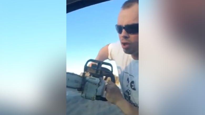 """حالة غضب في الشارع تدفع سائقا لرفع """"منشار كهربائي"""" بوجه زوجين وطفليهما"""