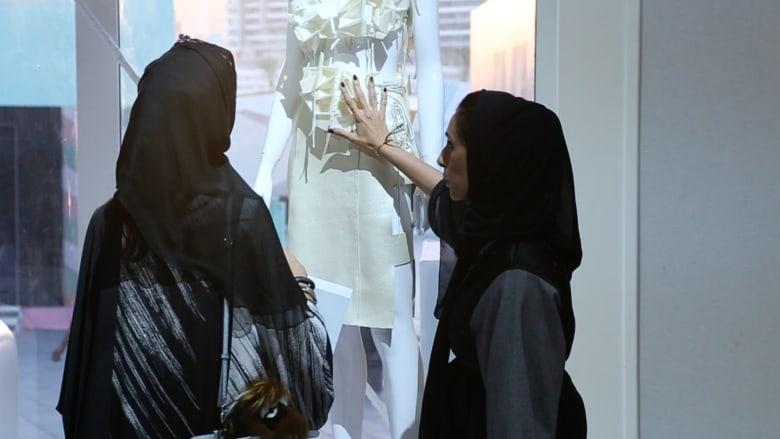 بالفيديو.. أول فستان إماراتي بالطباعة ثلاثية الأبعاد من جلد الجمل