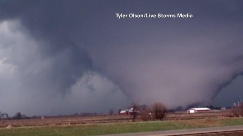 شاهد بالفيديو.. مشهد مرعب لاعصار هائل يتحرك نحو إلينوي