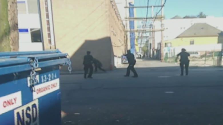 شاهد كيف قتل رجال الشرطة رجلا هائجا طعن ثلاثة أشخاص