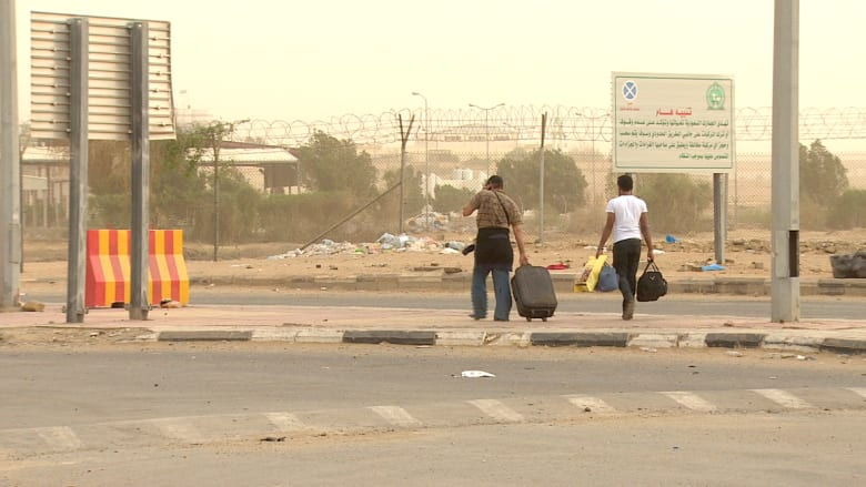 بالفيديو: لاجئون من اليمن يتدفقون إلى السعودية وشهادات حول اللحظات الصعبة