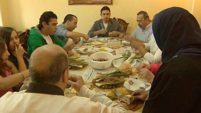 شاهد بالفيديو.. ما هو الفسيخ؟ ولماذا يتناوله المصريون في شم النسيم؟