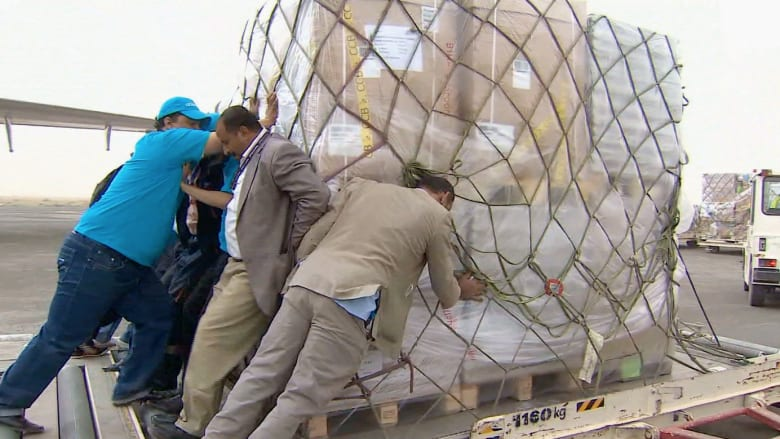 حصريا بالفيديو: CNN مع طائرة إغاثة تعاين الدمار بصنعاء.. والمساعدات نقطة في بحر الاحتياجات