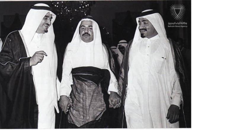 رئيس الوزراء البحريني (وسط) والعاهل السعودي الملك فهد بن عبدالعزيز آل سعود في زيارة الى دولة قطر لتقديم التهاني إلى نائب الحاكم وولي العهد آنذاك الشيخ خليفه بن حمد آل ثاني بمناسبة اعلان استقلال دولة قطر 4 سبتمبر/ أيلول 19