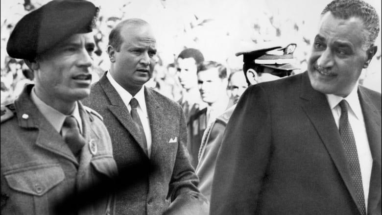 الزعيم الليبي معمر القذافي باللباس العسكري مع الرئيس المصري جمال عبدالناصر في الرباط 1963