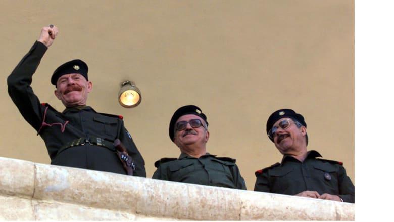 عزة إبراهيم إلى اليسار وبجانبه نائب رئيس الوزراء طارق عزيز في الوسط، وعلي حسن المجيد المعروف بعلي الكيماوي، خلال احتفال بعيد ميلاد صدام حسين 28 أبريل/ نيسان 2001