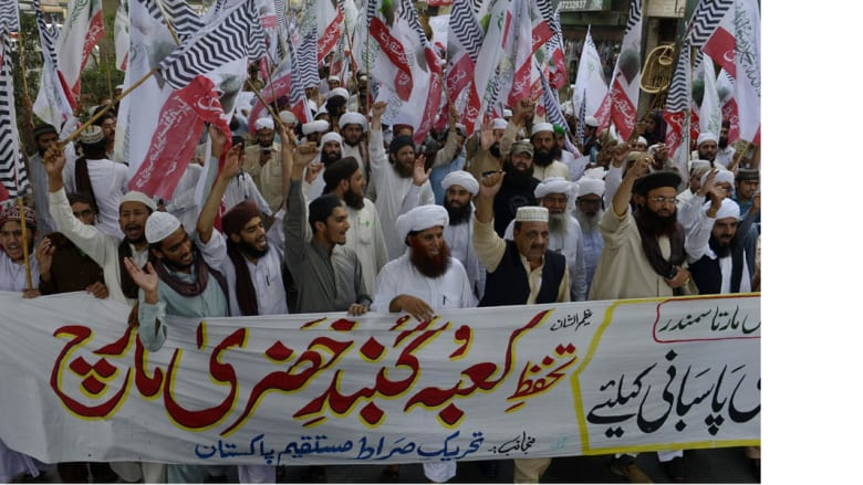 """مسلمون سنة في لاهور الباكستانية، يتظاهرون تأييدا لـ""""عاصفة الحزم"""" 17 أبريل/ نيسان 2015"""