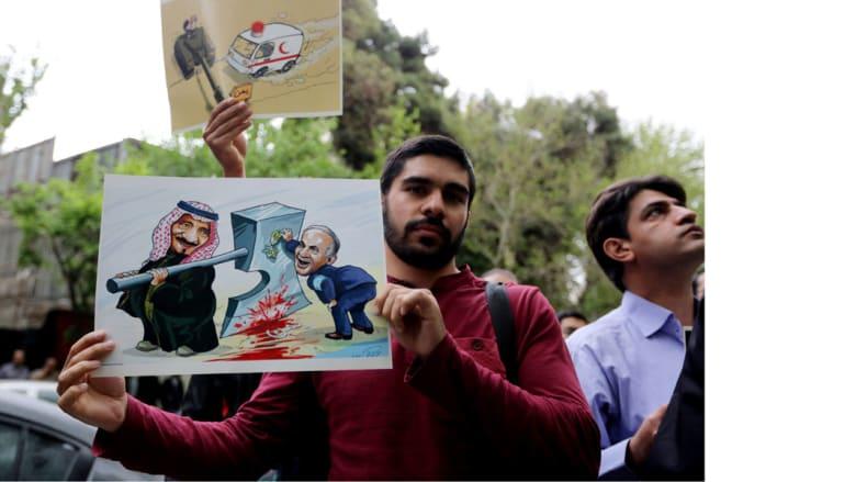 طلاب إيرانيون يرفعون رسوما تدين الغارات السعودية على اليمن، في تظاهرة أمام مبنى الأمم المتحدة بطهران حيث تدعم طهران مليشيات الحوثي، 16 أبريل/ نيسان 2015
