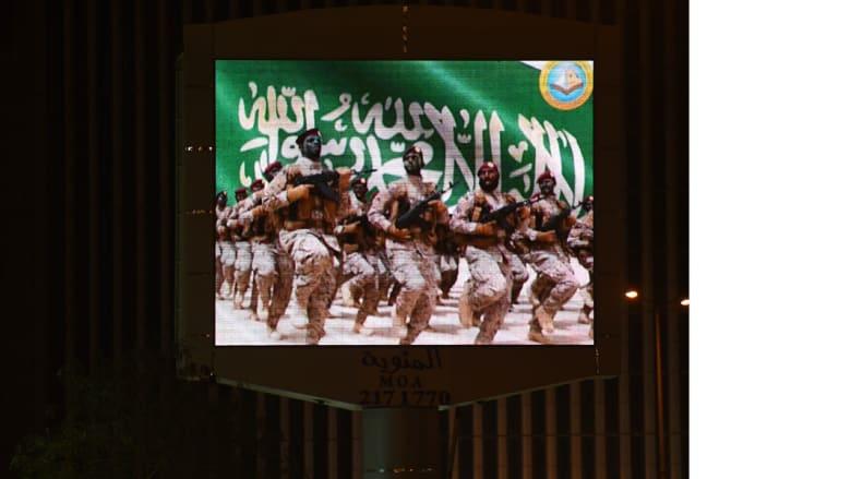 الجيش والعلم السعودي على الشاشة الإعلانية بالرياض