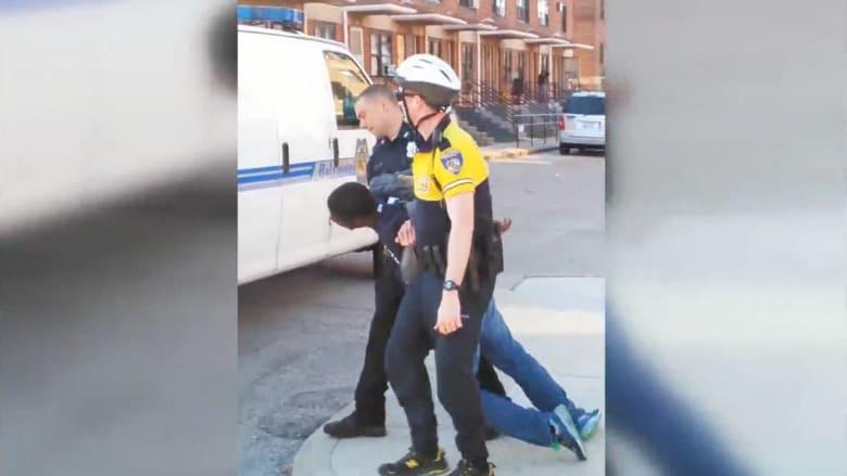 مقتل رجل أسود بعد سحق حنجرته وكسر رقبته أثناء احتجاز الشرطة له