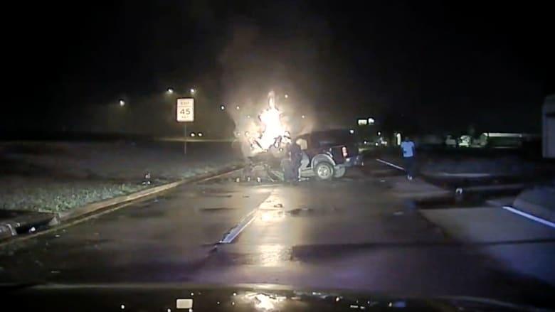 شاهد.. عناصر شرطة تنقذ رجلا من سيارة تحترق