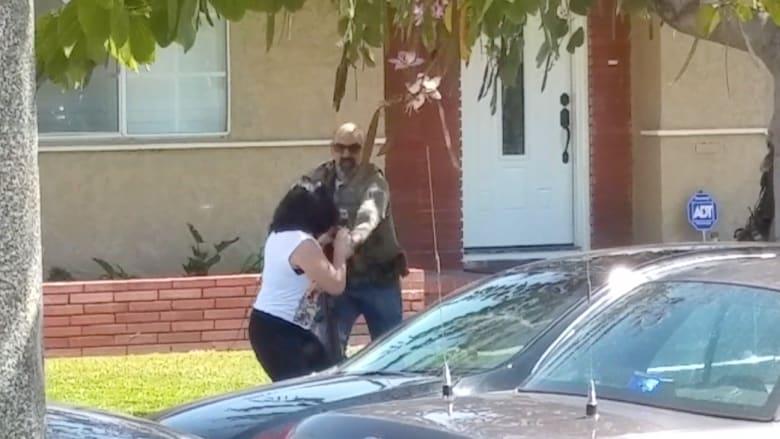 شرطي أمريكي يأخذ هاتف امرأة ويحطمه ليمنعها من التصوير