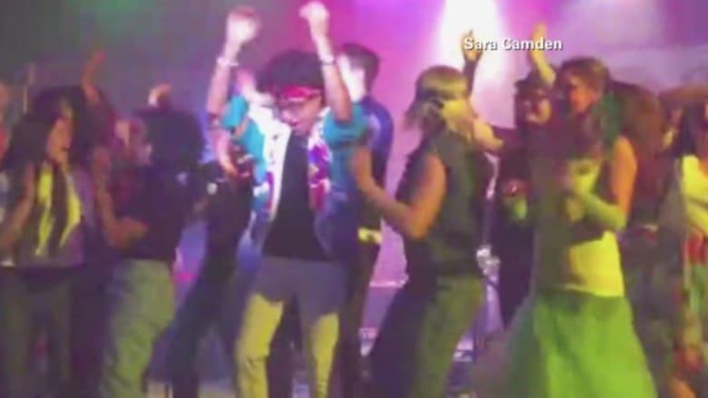 بالفيديو.. لحظة انهيار مسرح بعشرات الطلاب أثناء عرض غنائي