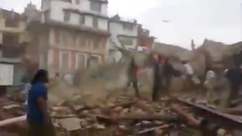 شاهد .. حالة الذعر بين سكان كاتماندو بعد الزلزال المدمر في نيبال