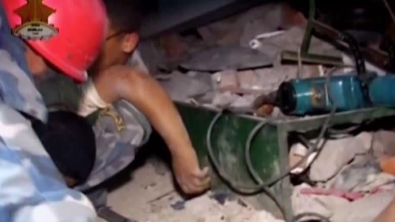 بالفيديو.. انقاذ أحد الأشخاص من الموت تحت ركام مبنى هدمه الزلزال