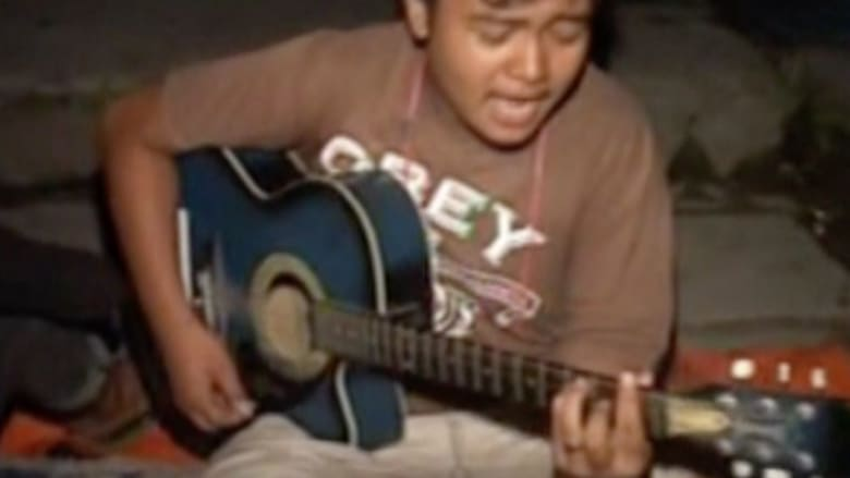 بالفيديو.. فقط في نيبال.. شباب شردهم الزلزال يقضون الوقت بالغناء في العراء