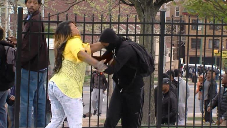 شاهد.. امرأة تضرب ابنها خلال المظاهرات في بالتيمور