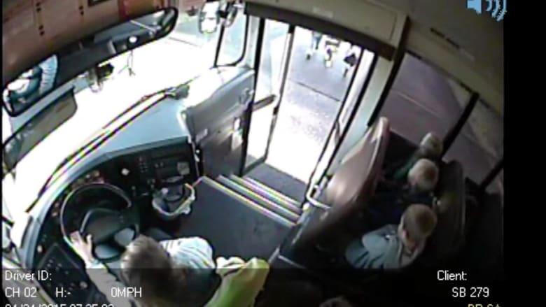 شاهد: حافلة مدرسية أوشكت على سحق أطفال بدلاً من إيصالهم آمنين للمدرسة