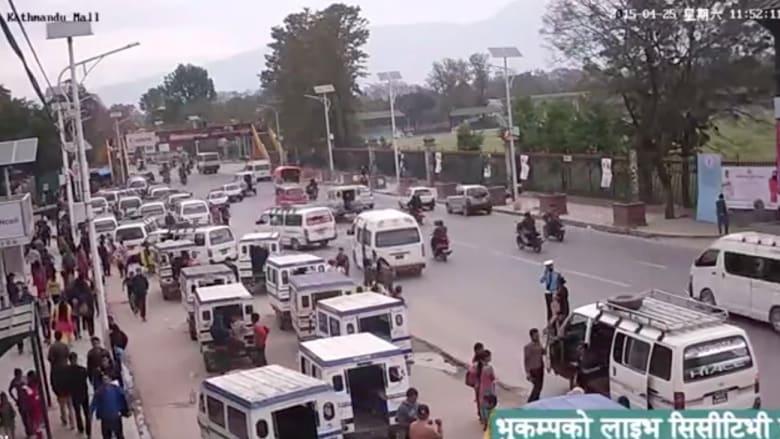 فيديو مروع يظهر لحظة حدوث الزلزال في النيبال