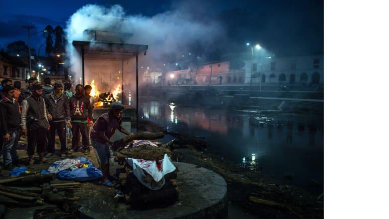 نيبال .. حرق جثث الضحايا