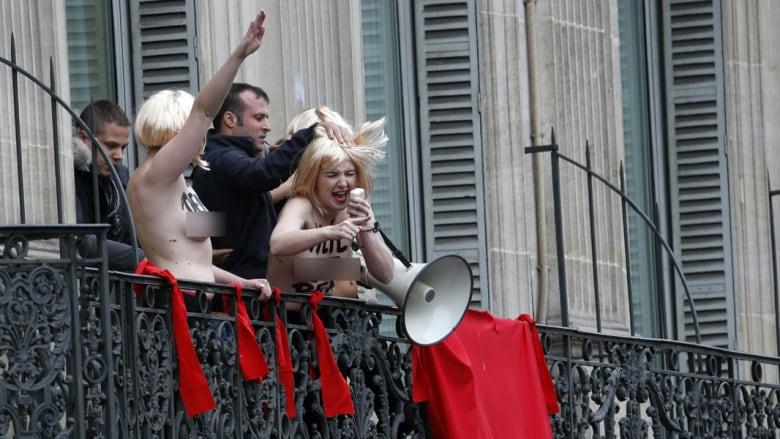 بالصور.. ناشطات بفيمن يتظاهرن نصف عاريات بفرنسا ويرفعن التحية النازية ضد الحزب الوطني اليميني