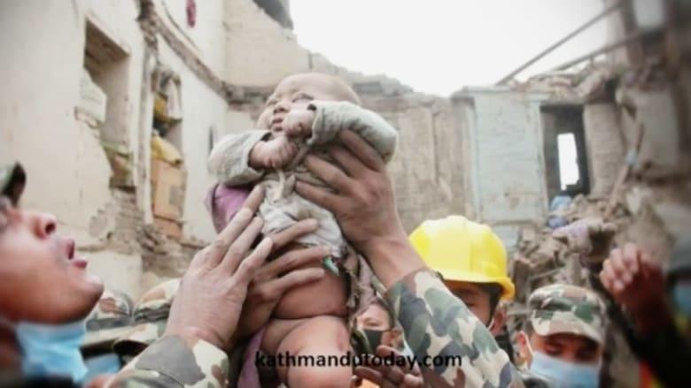 بالفيديو... بعد يومين تحت الركام.. أم نيبالية تحفر بيديها لتخرج رضيعها حياً