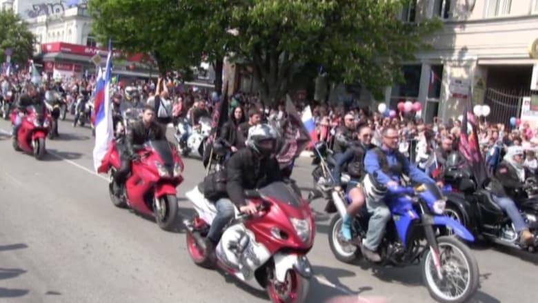 بالفيديو.. آلاف الأشخاص يخرجون للاحتفال بذكرى ضم شبه جزيرة القرم لروسيا
