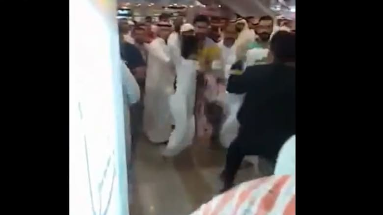 """بالفيديو.. مشاجرة في مطار الكويت بين شباب بسبب """"سناب تشات"""""""