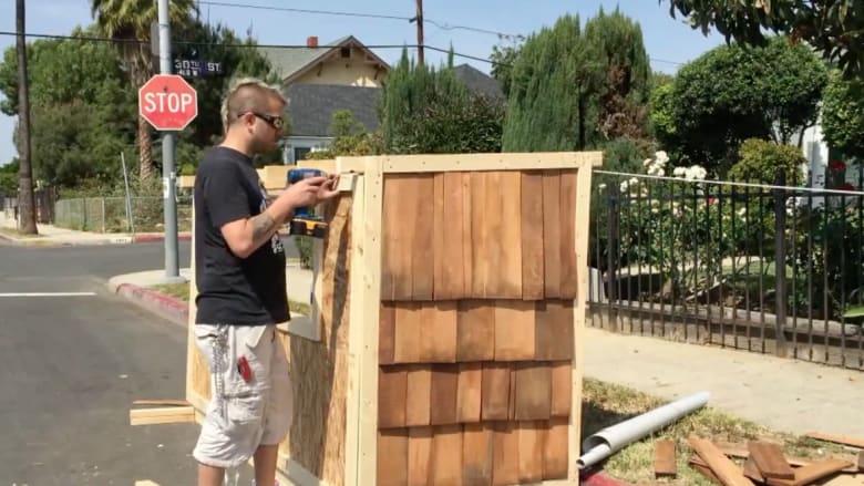 بالفيديو.. رجل يبني بيتا صغيرا للمشردين