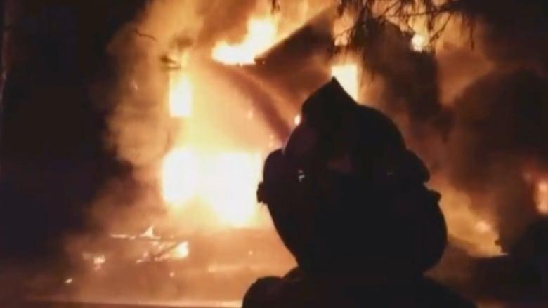 بالفيديو.. أب ينقذ أفراد عائلته السبع.. ورجال الإطفاء افتقدوا الماء