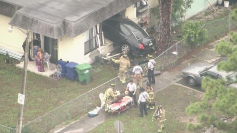 بالفيديو.. سيارة تصطدم بمنزل وتدخل من النافذة في ميامي