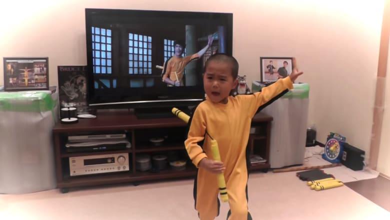 طفل في الخامسة.. يقلد مهارات بروس لي القتالية كأنه يحدق بمرآة