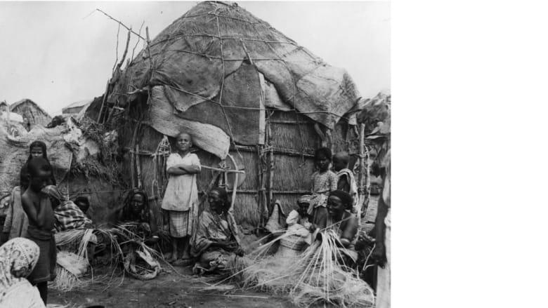 """صانعو سلال أمام بيتهم في جيبوتي ، التي كانت مستعمرة فرنسية سابقة، تسمى قديما باسم """"أرض عفار وعيسى""""، الصورة 1977"""