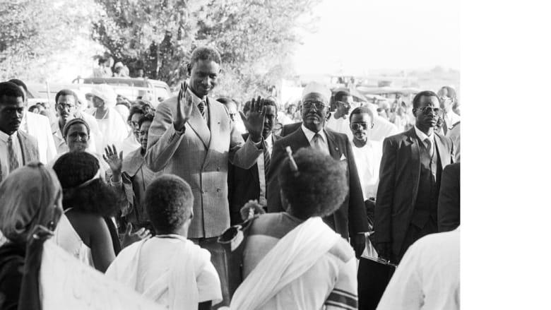 الرئيس السنغالي عبدو ضيوف يلوح بيديه لمستقبليه خلال زيارة لجيبوتي 1986