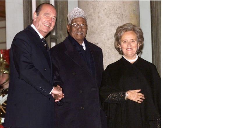 الرئيس الجيبوتي حسن جوليد ابيتدون يتوسط الرئيس الفرنسي الأسبق جاك شيراك وزوجته، خلال قمة الفرانكوفونية بقصر الأليزية 27 نوفمبر/ تشرين الثاني 1998