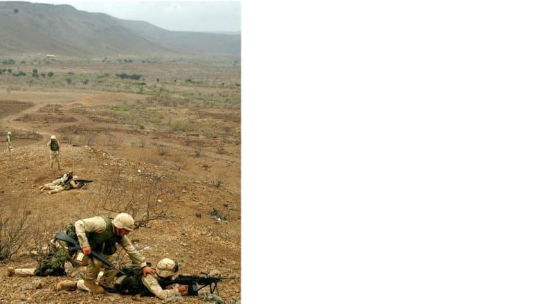 جنود من مشاة البحرية الأمريكية يتخذون مواقعهم خلال تدريبات عسكرية بالذخيرة الحية في جيبوتي، ديسمبر/ كانون الأول 2002