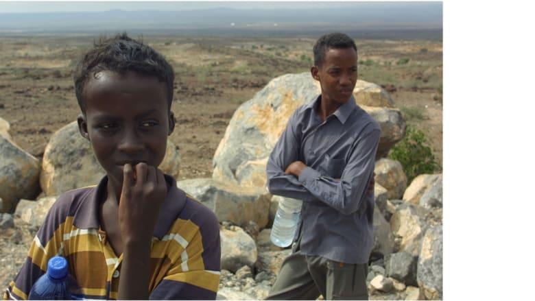شقيقان يرعيان الأغنام قرب بلدة جيبوتي  الواقعة على القرن الأفريقي على ساحل البحر الأحمر وخليج مقابل خليج عدن