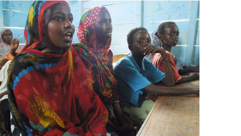شابات لاجئات صوماليات في أحد المدارس التابعة لمفوضية شؤون اللاجئين في مخيم هول-هول 27 فبراير/ شباط 2003