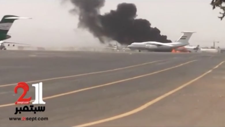 بالفيديو.. غارة طيران التحالف على مطار صنعاء واشتعال النار بطائرة