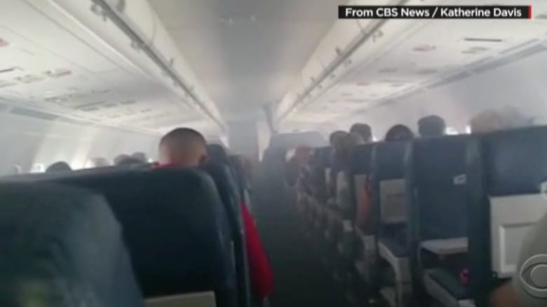 بالفيديو.. دخان في مقصورة طائرة يثير ذعر الركاب