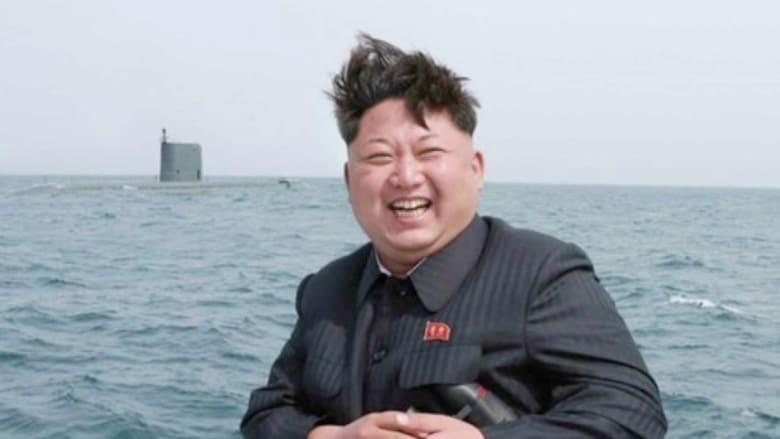 """شاهد.. فرحة رئيس كوريا الشمالية بتجربة """"القنبلة الزمنية"""" لإطلاق صاروخ من تحت الماء"""