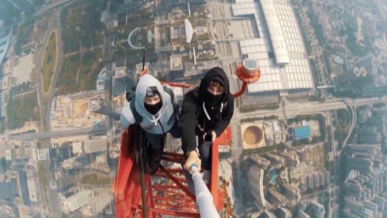 بالفيديو.. تسللا ليلاً إلى قمة أحد أطول الأبراج لالتقاط صورة سيلفي