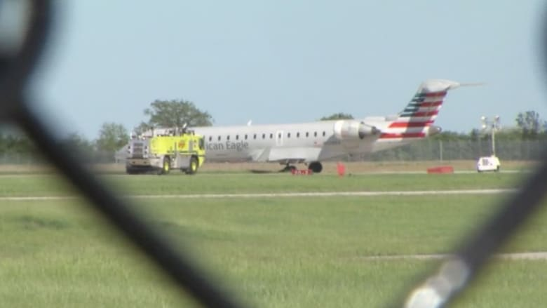 بالفيديو.. طائرة أمريكية تخرج عن مسارها على المدرج وتعلق بأرض طينية