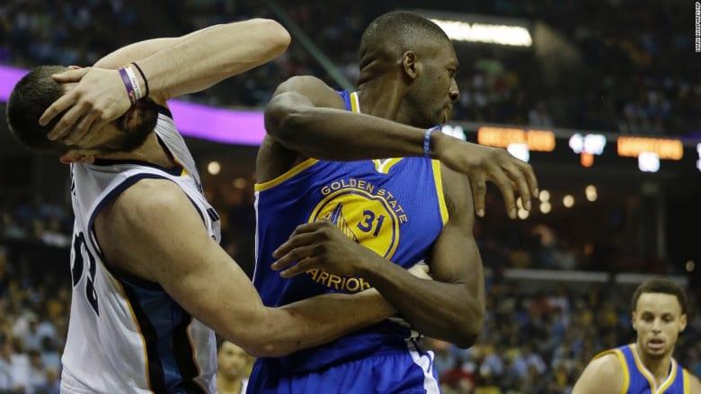 مارك غاسول يتعرض لضربة أثناء مبارة لكرة السلة