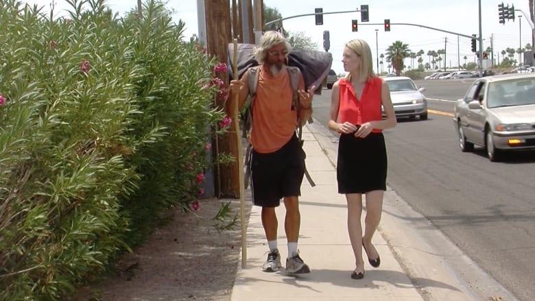 رجل أغلق متجره وودع زوجته ليمشي بشوارع أمريكا مواجها التشرد