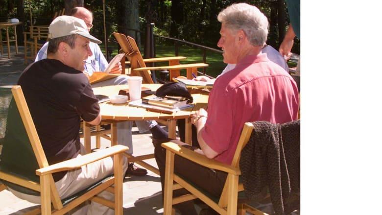 الرئيس الأمريكي بيل كلنتون مع رئيس الوزراء الإسرائيلي إيهود باراك، 12 يوليو/ تموز 2000 خلال وساطته في محادثات السلام الفلسطينية  الإسرائيلية في كامب ديفيد