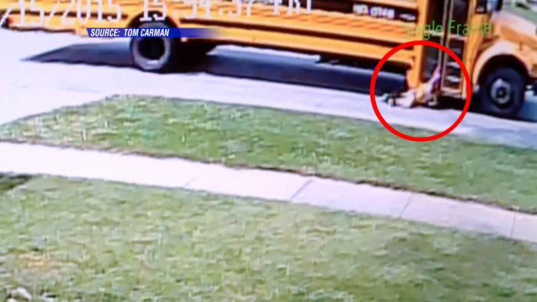 حافلة تجر طفلة في الشارع لمسافة طويلة دون ملاحظة السائق